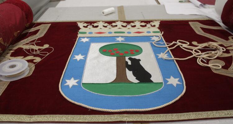 Detalle del escudo municipal del repostero