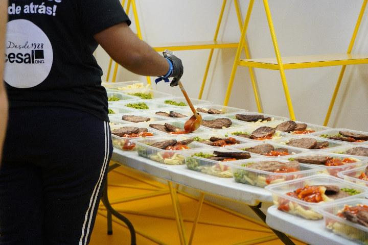 Voluntario de la ONG Cesal prepara menús diarios