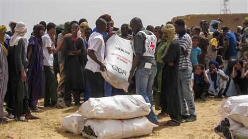 Entrega de la ayuda humanitaria por Cruz Roja