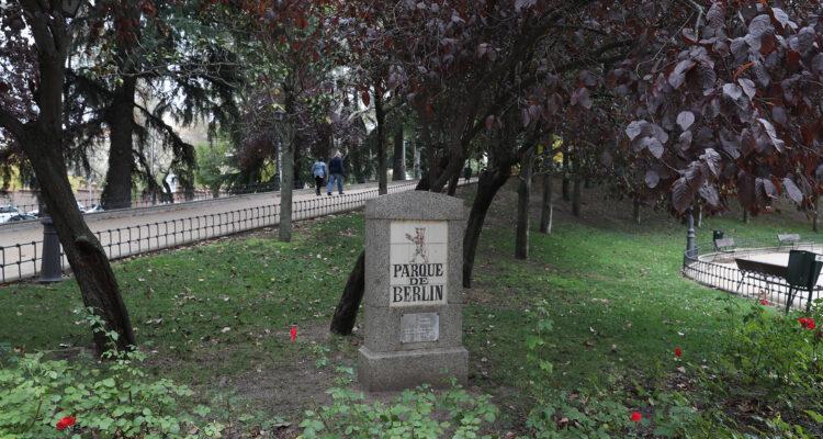 Monolito con el nombre del parque