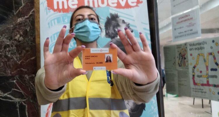 Gisele con el carné nº 16000 de Voluntarios por Madrid