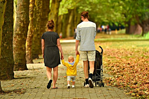 Imagen archivo familia paseando