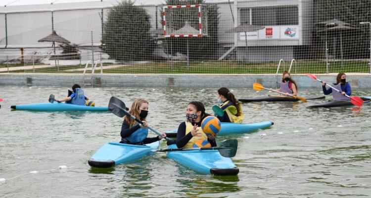 Escuela de Piragüismo. Niñas practicando el Kayak polo