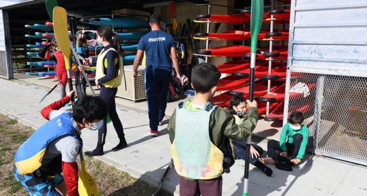 La escuela de piragüismo da el equipamiento necesario para la práctica