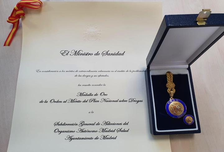 Medalla y diploma acreditativo