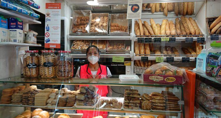 Adriana Pulpa regenta desde 2013 el Horno de pan Chimbo, en el Mercado de Usera
