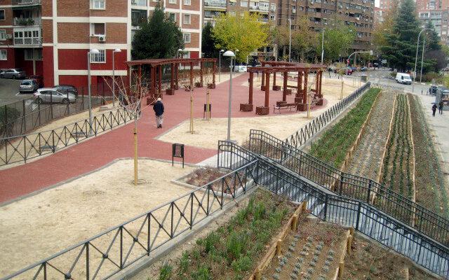 'Jardines de Margarita Salas', a la altura del número 47 de la avenida de Camilo José Cela