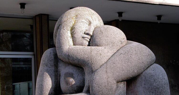 'La maternidad', una madre fundida en un abrazo con su hijo te espera en Usera