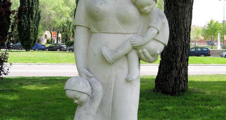 'Madre y dos niños', uno de los primeros elementos ornamentales de Moratalaz