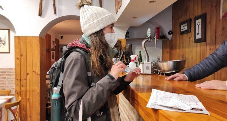 Establecimiento de hostelería recibe la visita del educador de la 'orgánica'