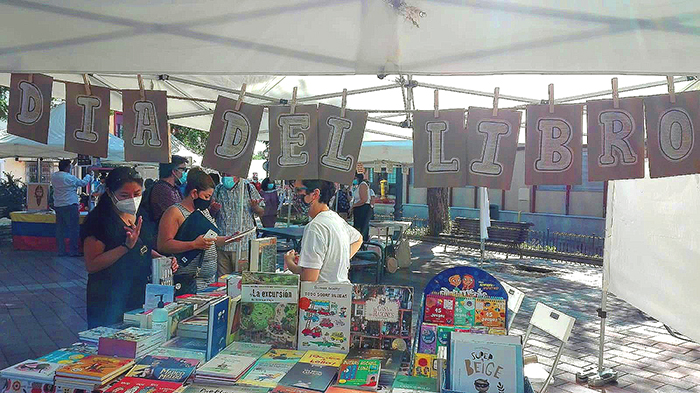 Vicálvaro, libros en la plaza de Don Antonio de Andrés