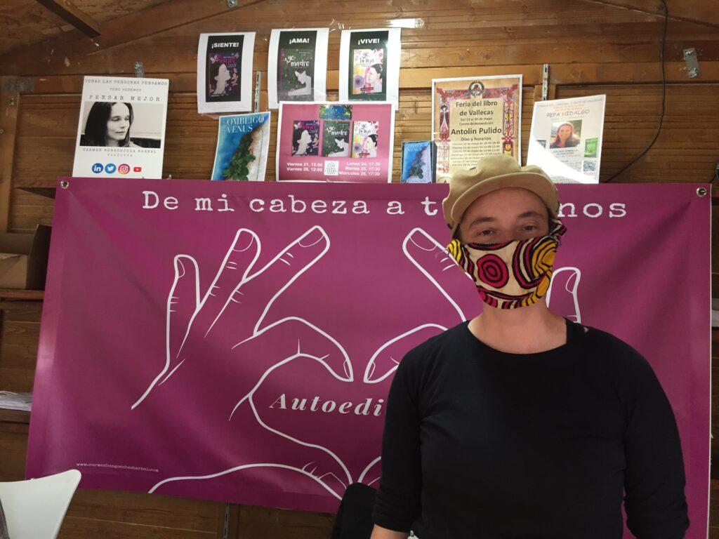 Carmen Bengoechea, en la caseta dedicada a la autoedición de la Feria del Libro de Puente de Vallecas