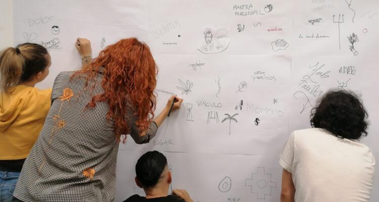 Dibujando en torno al tatuaje en un taller del proyecto Memento