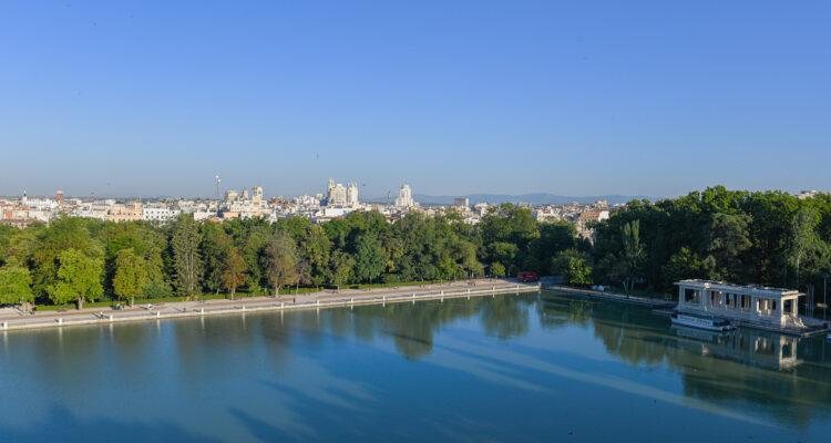 Vistas del parque estanque y del Parque del Buen Retiro desde la estatua de Alfonso XIII