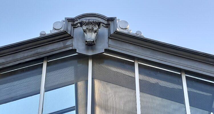 Detalle de una cabeza de ganado en los vértices de las cristaleras