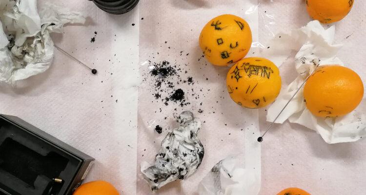 Práctica sobre piel de naranja en el primer taller de Memento con el artista Julio Linares como invitado (Foto: Niko Barrena)