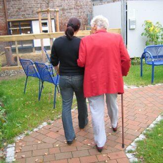 Persona mayor cuidada por una familiar