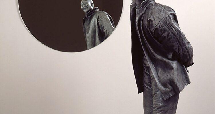 Juan Muñoz. Chino mirándose en espejo redondo 1999. Galería Elvira González