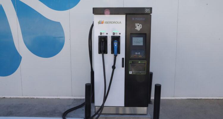 Imagen de archivo. Recarga vehículos eléctricos
