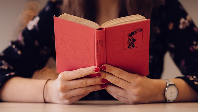 Una mujer leyendo un libro. Foto: Pexels/CC0