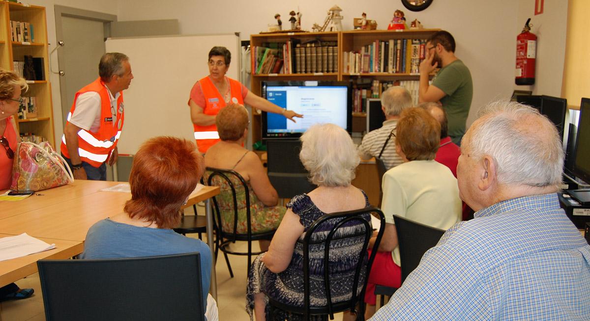 Voluntarios por Madrid enseñando la web de Decide Madrid.
