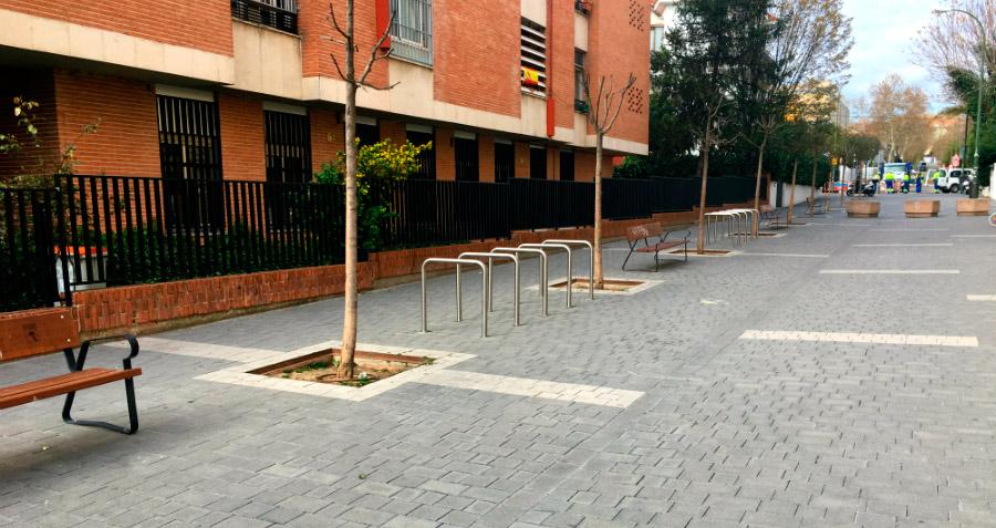 Bancos y aparcabicis en la zona peatonal de la calle Luis Larrainza