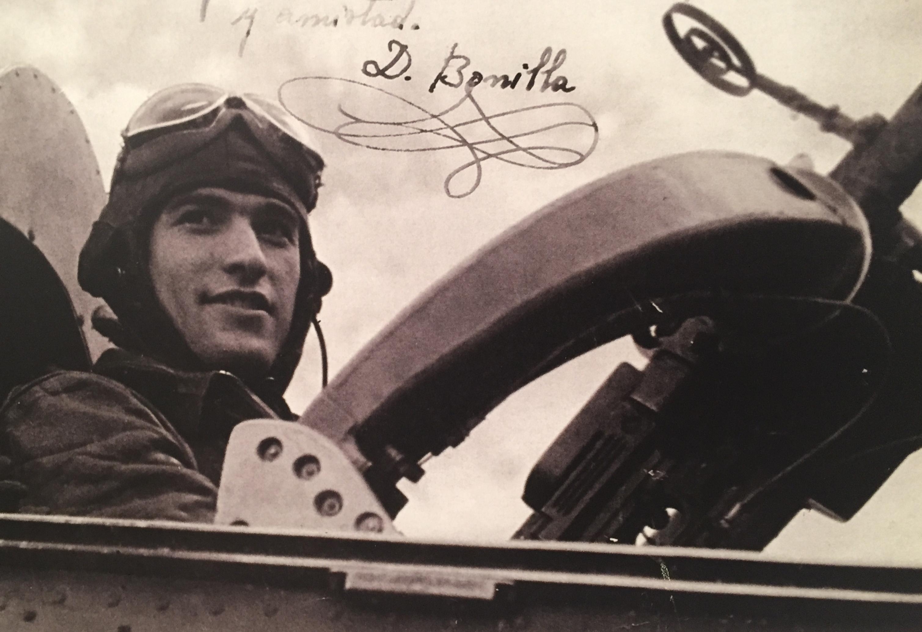 Joven aviador republicano es espera de partir a una misión